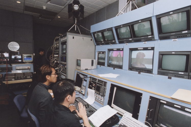 2002: Official launch of Nanyang Spectrum, a student-run broadcast station producing TV programmes shown on screens in NTU. On Jan.17 that same year, the faculty was renamed the School of Communication and Information, reflecting the inclusion of the Division of Information Studies, which was previously part of the School of Computer Engineering.